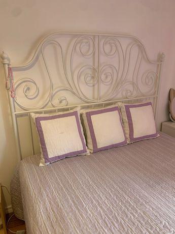 Cama de casal em ferro branca do ikea e colchão