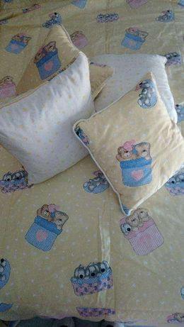 Colcha cortinados almofadas suportes quarto bebé menina