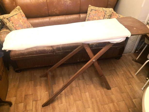 Tábua de passar a ferro antiga, em madeira.