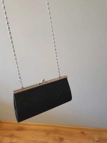 Torebka kopertowa na łańcuszku czarna ze srebrnym brokatem