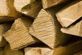 Sezonowane drewno kominkowe /opałowe przygotowane do palenia.