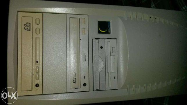 Computador com muitos componentes.