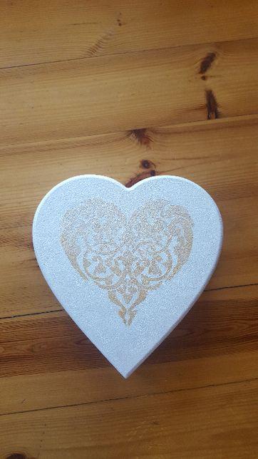 Piękne drewniane pudełko w kształcie serca na czekoladki lub inne prze