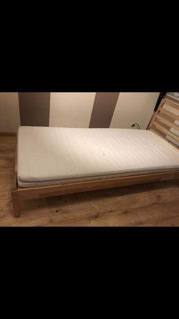 Łóżko z materacem