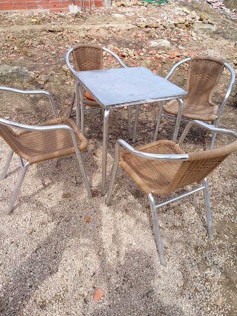 Mesa de esplanada com cadeiras