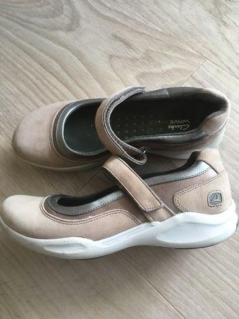 Clarks botki, klapki Roxy, strój kąpielowy Adidas