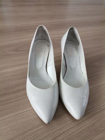 Białe buty na obcasie / czolenka