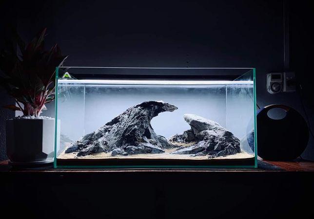 Aranżacja akwarium . Leśna sceneria lub góry