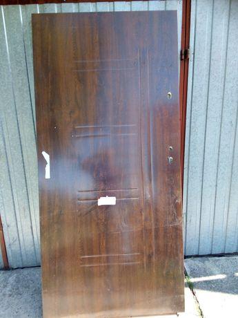 Drzwi wejściowe  stalowo drewniane bez ośćieżnic  90