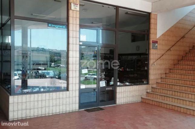 Loja com oficina dedicada ao comercio de máquinas de costura indust...