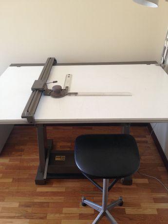 Estirador com máquina de desenhar