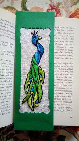 Ręcznie haftowana zakładka do książki z motywem pawia