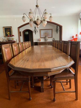 Kit mesa com 18 cadeiras em pele.