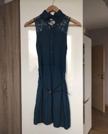 Morska sukienka z koronką Stradivarius