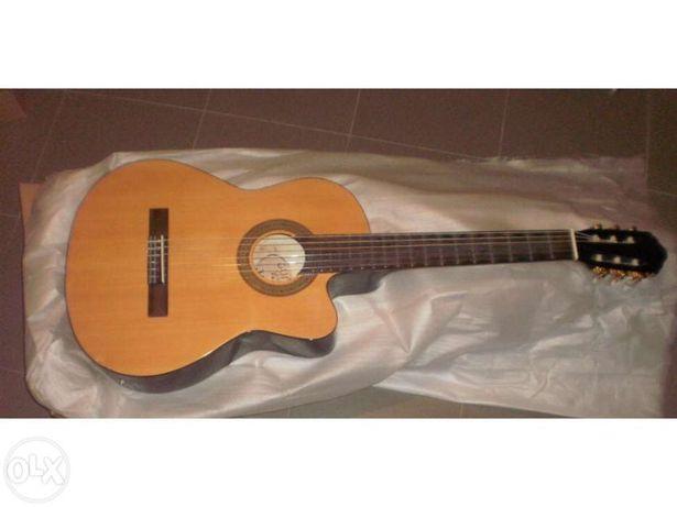 Guitarra eletroacústica cutaway castanha com equalizador