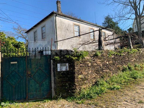 Quintinha com casa em pedra de 2 pisos