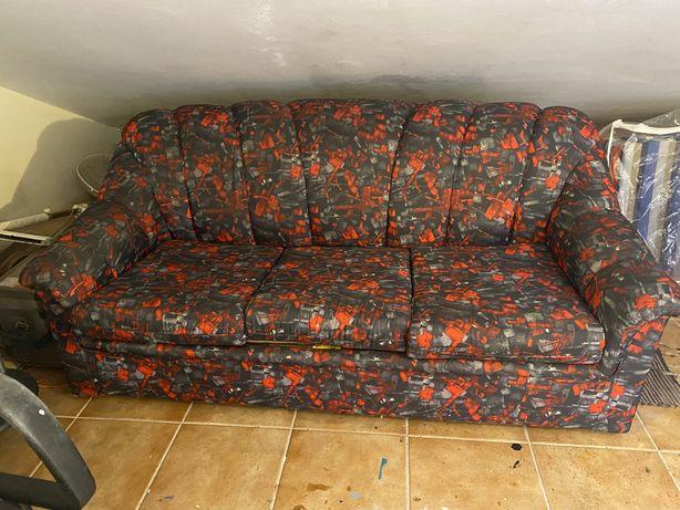 Sofa cama em tons preto cinzento e vermelho