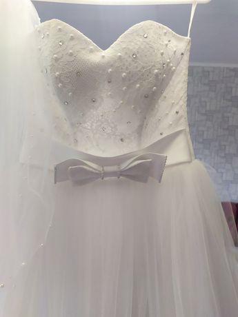Весільна сукня + фата.