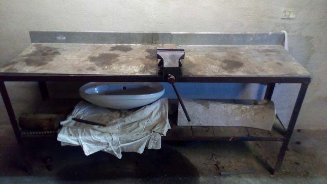 Stół warsztatowy z imadłem