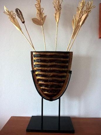 Piękny szklany wazon na metalowej podstawce