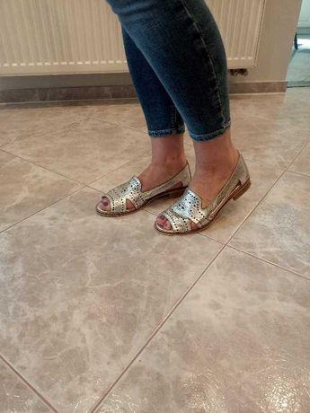 Srebrne skórzane buty na lato