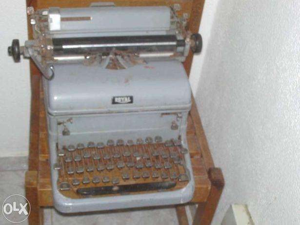 Máquina de escrever Oliva (1960) e Facit com mala de transporte.
