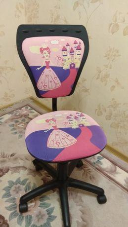Кресло на роликах для школьницы