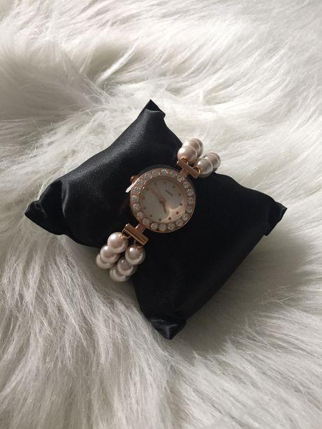 Elegancki zegarek na bransoletce z perełek.