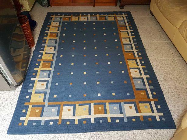 Carpete de arraiolos feita à mão com desenhos geometricos