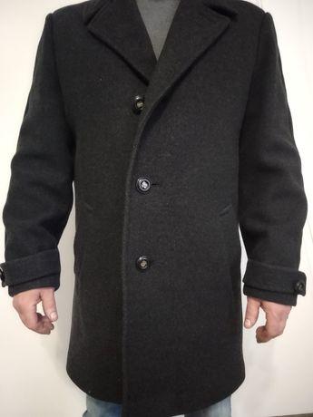 Продам пальто чоловіче з якісного матеріалу.