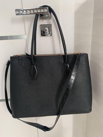 czarna torebka ze zlotymi dodatkami