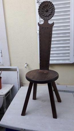Cadeira vintage de cor escura