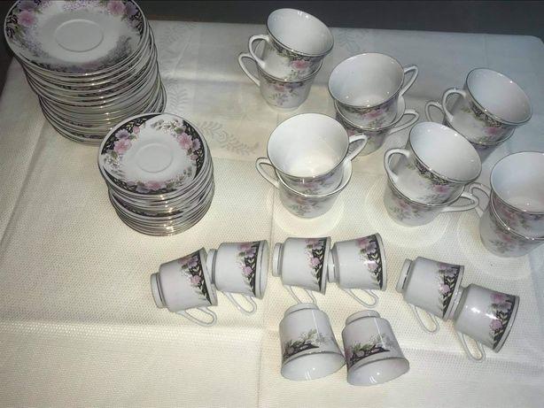 Conjunto de chávenas de chá e chávenas de café