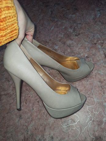 Эффектные серые туфли