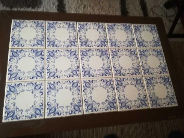 Mesa em madeira massissa com azulejo no tampo azul branco