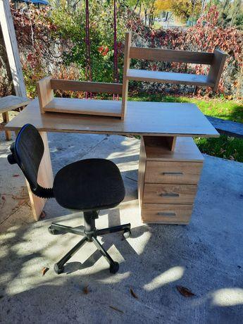 Biurko krzesło półka