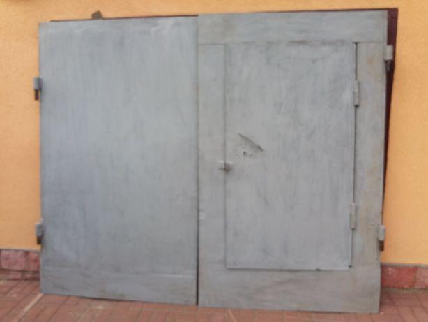 Ворота гаражні з фірткою та рамкою.