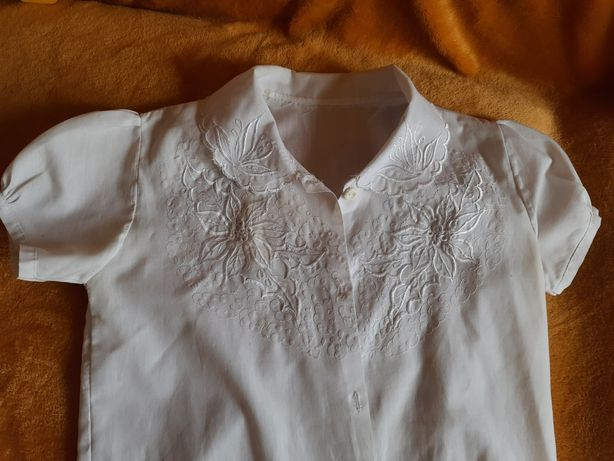 Продам красивую школьную блузку на 1 сентября 1-2 класс