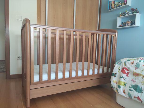 Cama de bebé de madeira