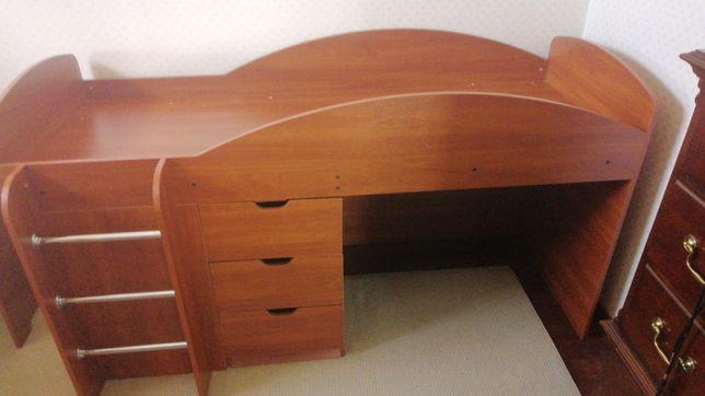 Продам набор мебели срочно кровать чердак с матрасом + стол