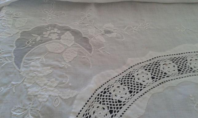 Toalha de mesa rectangular em linho, bordada á mão e com croché