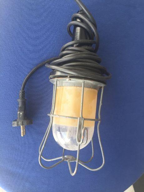Stara lampa warsztatowa z zabezpieczeniem przed stłuczeniem PRL