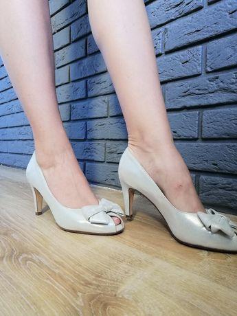Perłowe buty pięknie się mienią z kokardą i odkrytym palcem