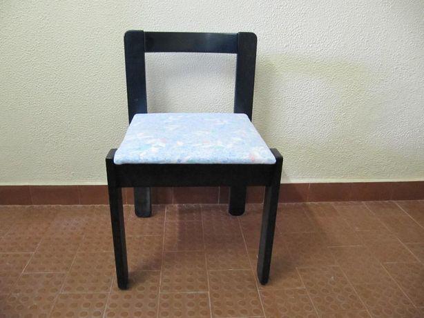 Cadeira em madeira pintada de cor azul
