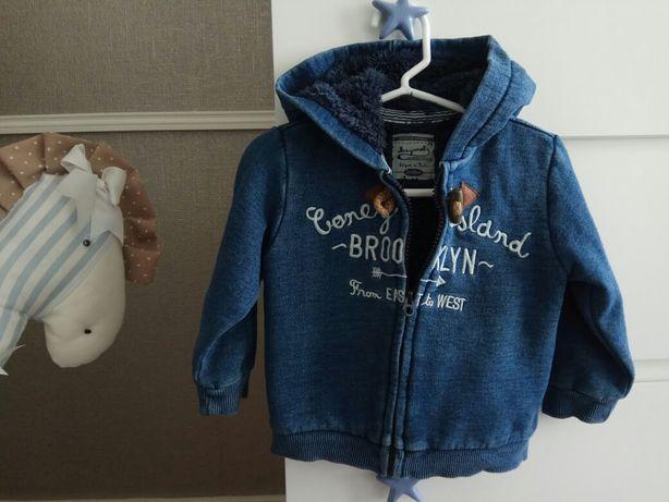 Conjunto casaco azul Mayoral e calças beje Benetton