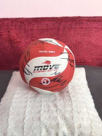 Piłka z podpisami polskich siatkarzy