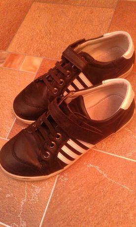 Кроссовки черные для деток. 33 размер.