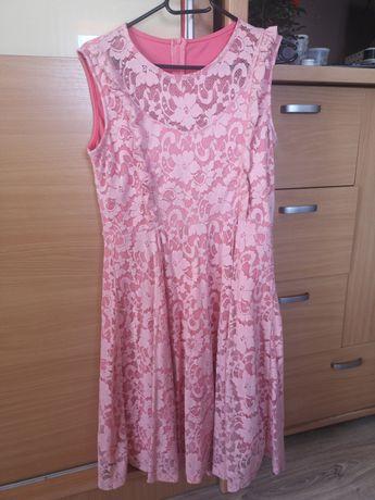 Koronkowe sukienki.