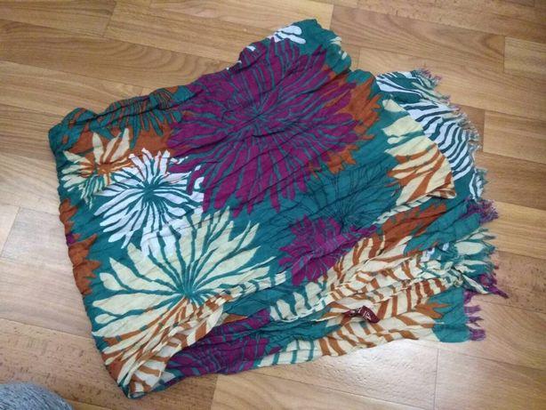 Красивый яркий шарф