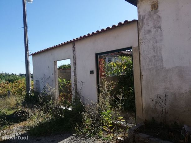 Moradia V4, situada em Aguada de Baixo